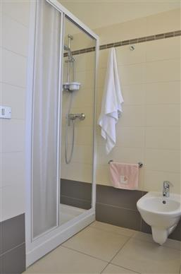 Badezimmer mit Dusche