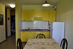 Kochecke mit Kühlschrank und Backofen